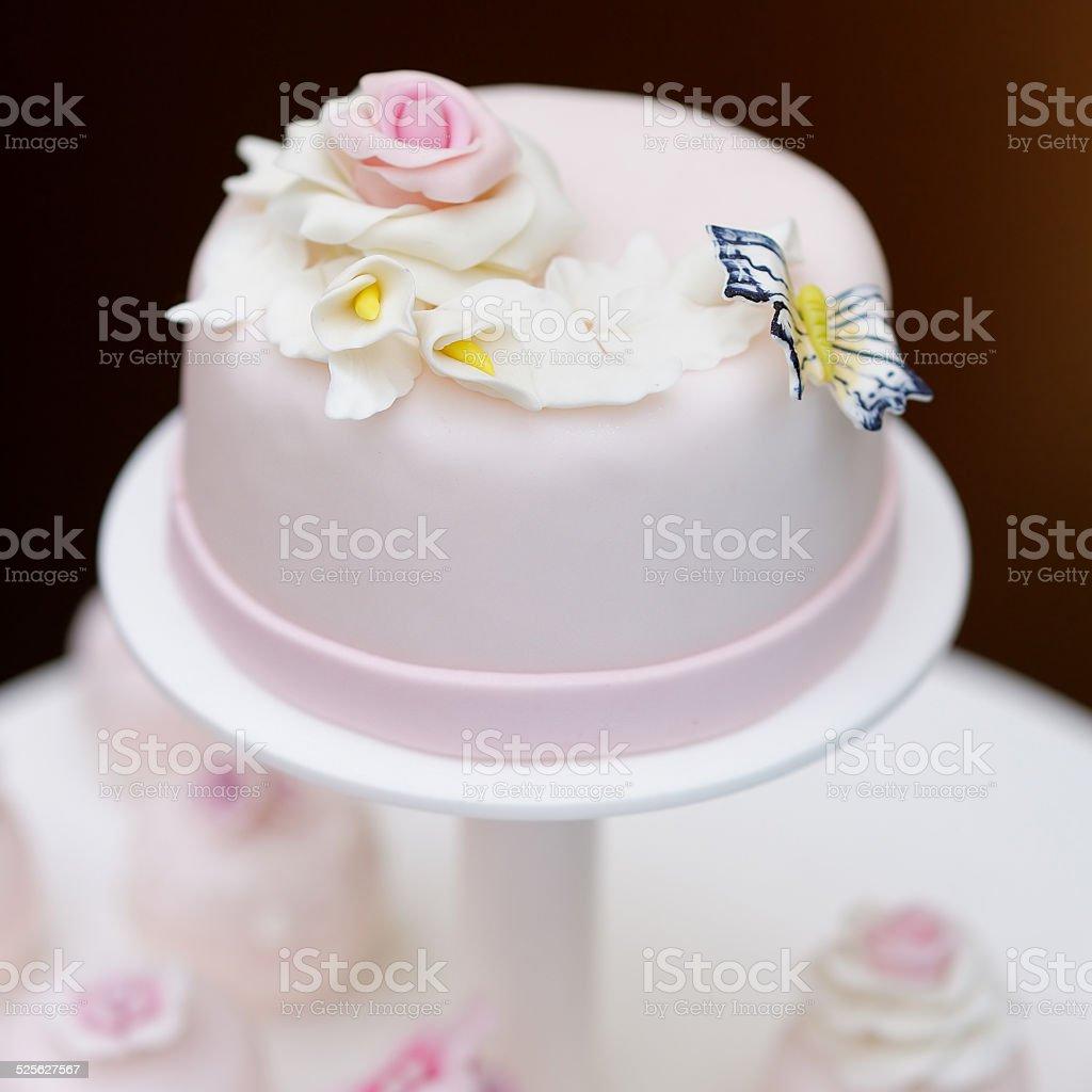 Pink Hochzeitstorte Und Kostliche Cupcakes Stock Fotografie Und Mehr