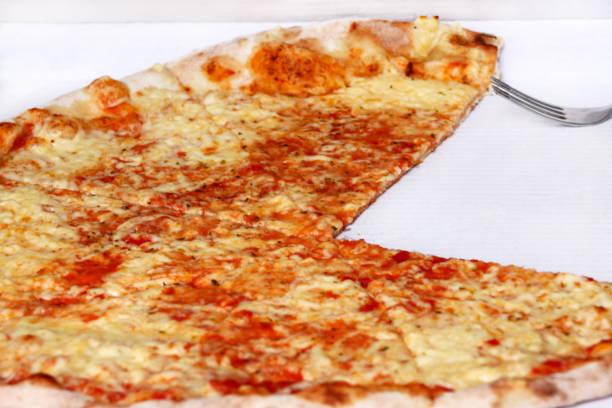 Deliciosa pizza Margarita. Tirar recém-assados pizza italiana, sendo mantido em uma caixa, close-up. Pizza clássica italiana tradicional Margarita. Fast-Food. Aproveitando os grandes sabores da cozinha italiana. - foto de acervo