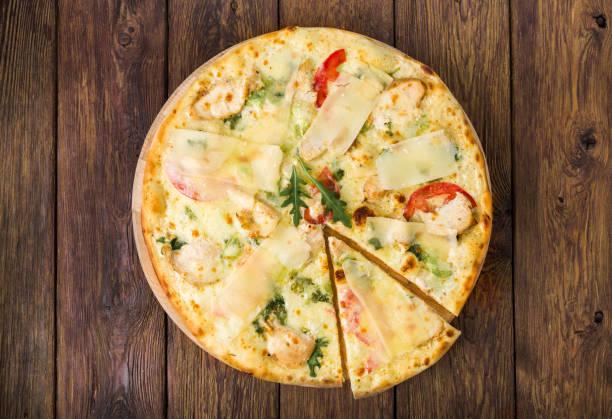 leckere pizza mit huhn und frischem rucola, parmesan - low carb pizzateig stock-fotos und bilder