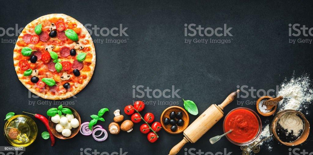 Leckere Pizza mit Zutaten und Gewürzen – Foto