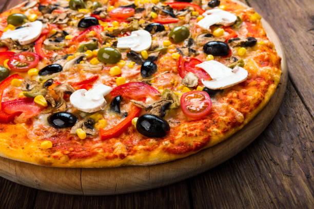 leckere pizza mit salami, champignons und oliven - low carb pizzateig stock-fotos und bilder
