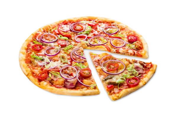 leckere pizza mit zwiebeln, speck und kirsche - low carb pizzateig stock-fotos und bilder