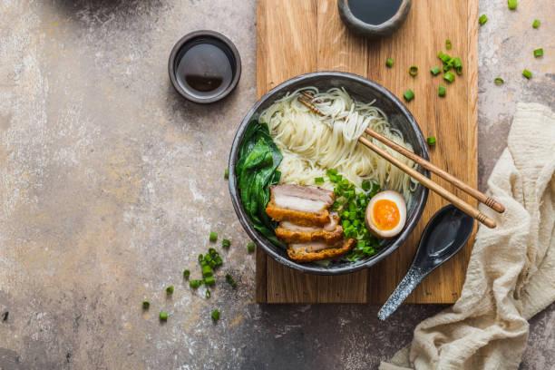 heerlijke ramen soep met varkensvlees, ei en bok choy, kopieer ruimte - ramen noedels stockfoto's en -beelden