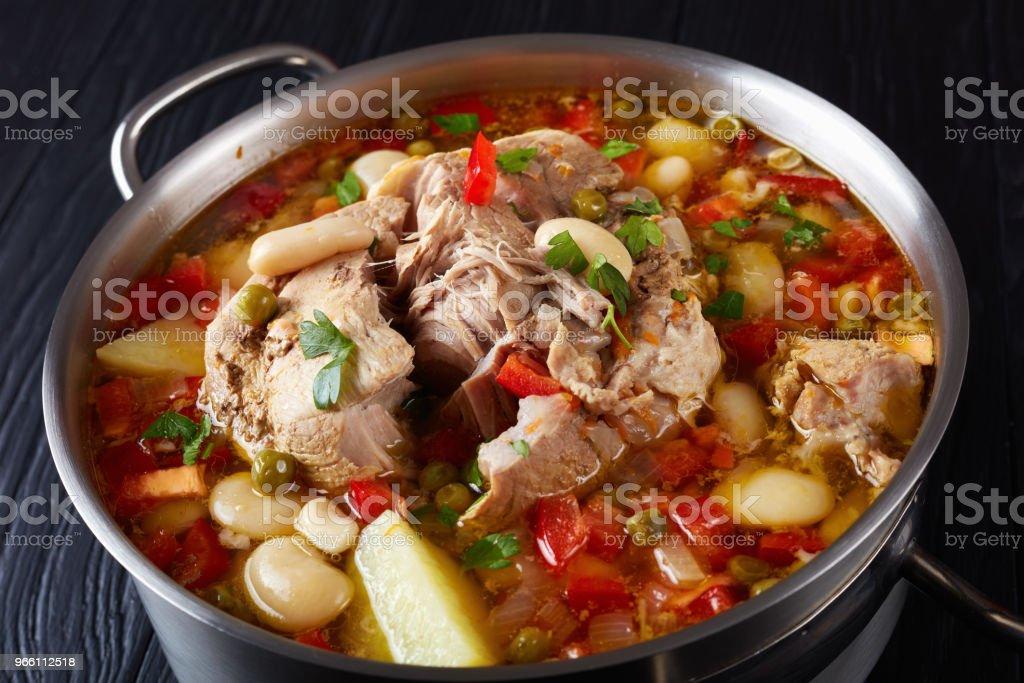 läckra rik fläsk och grönsaker soppa med vita bönor, gröna ärtor och arter - Royaltyfri Bildbakgrund Bildbanksbilder