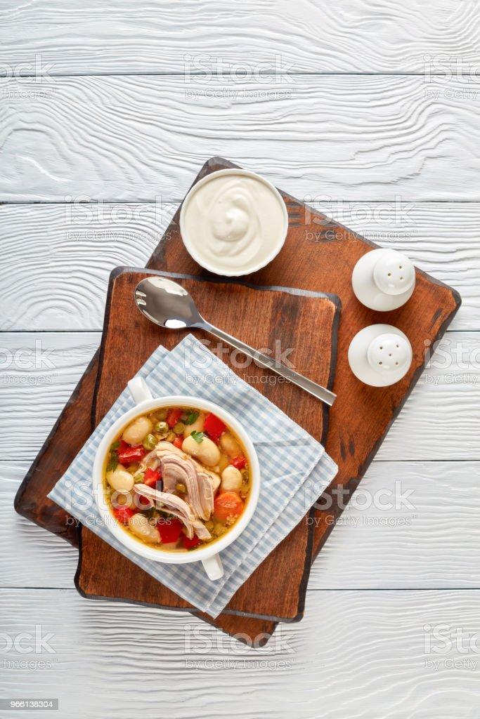 reiche Schweinefleisch und Gemüse Suppe mit weißen Bohnen, grüne Erbsen und Arten - Lizenzfrei Auflauf Stock-Foto