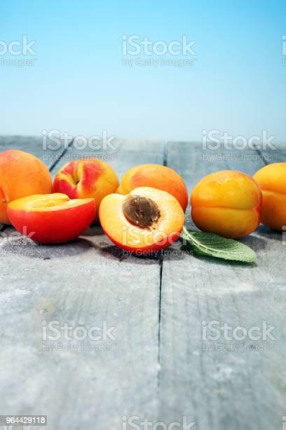 Foto de Deliciosos Damascos Maduros Na Mesa De Madeira Cortadas Frescas Frutas Damasco e mais fotos de stock de Alemanha