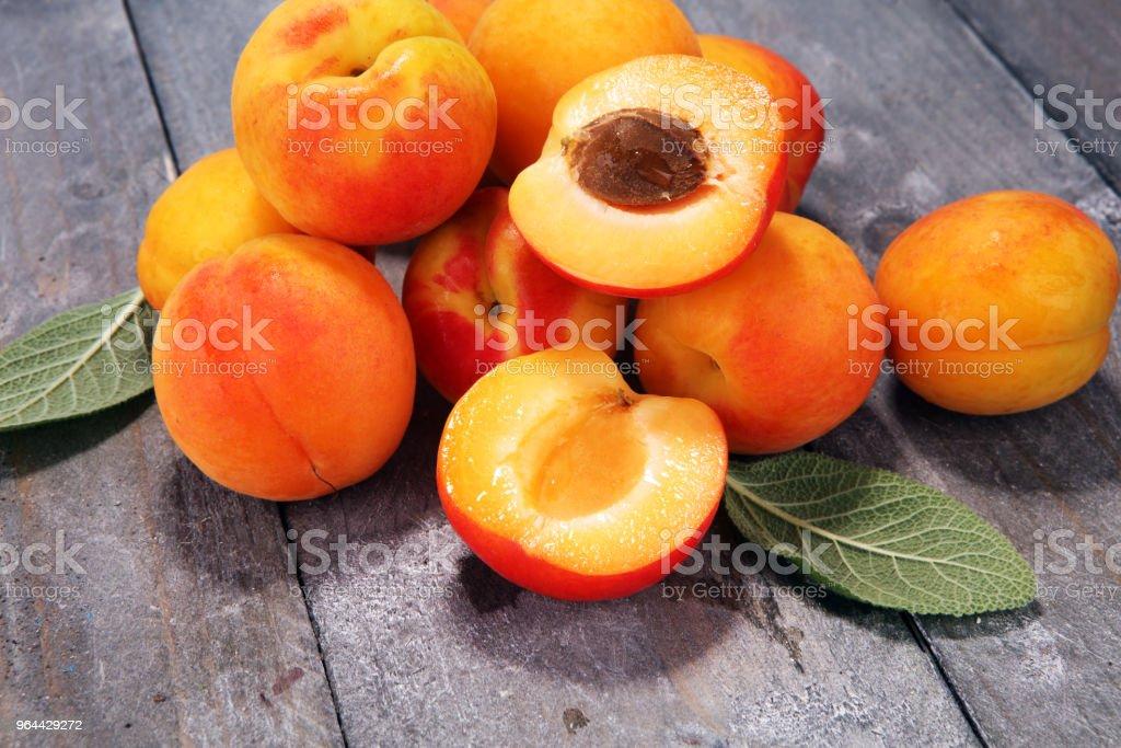 Deliciosos damascos maduros na mesa de madeira. Cortadas frescas frutas Damasco - Foto de stock de Alemanha royalty-free