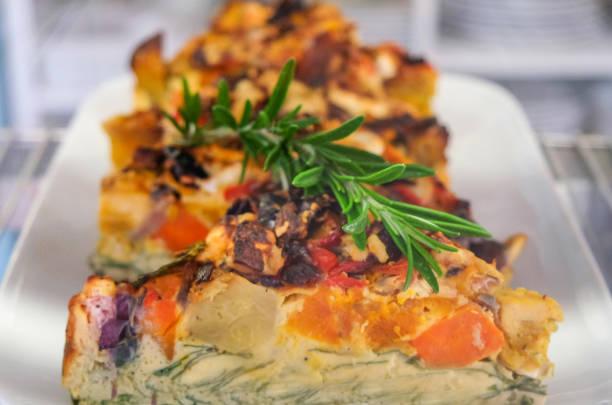 lecker gebratene gemüse frittata - kartoffel frittata stock-fotos und bilder