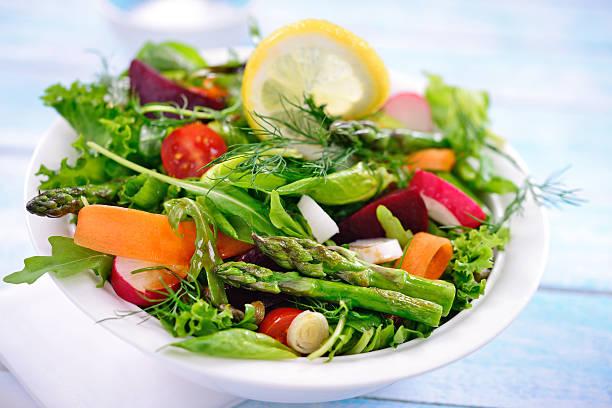 köstliche salat - radieschen salat stock-fotos und bilder