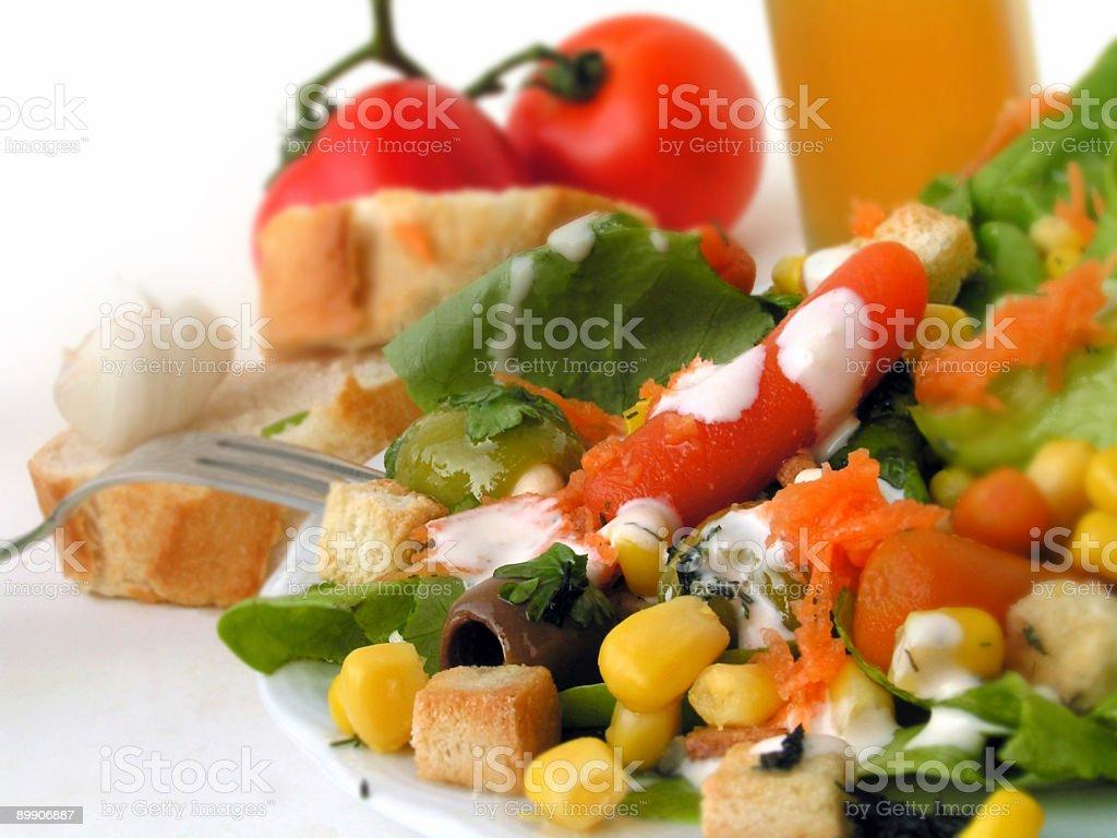 Deliciosas ensaladas con puré de ajo, croutons, carott foto de stock libre de derechos