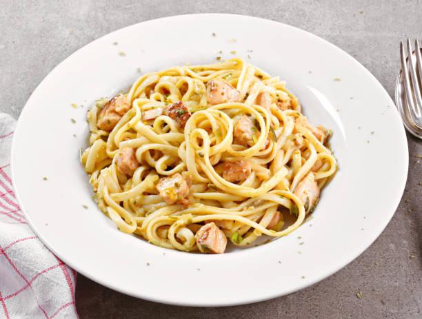 leckere lachs pasta gericht, tagliatelle oder linguine nudeln - spaghetti mit lachs stock-fotos und bilder