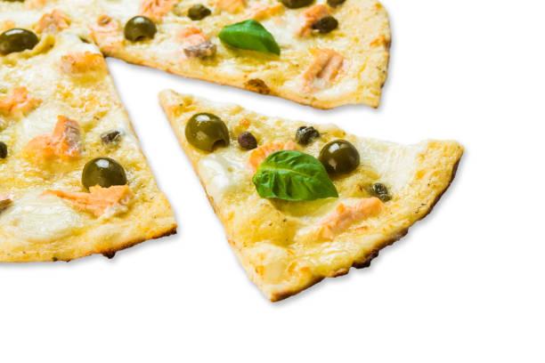leckere pizza mit meeresfrüchten mit oliven - low carb pizzateig stock-fotos und bilder