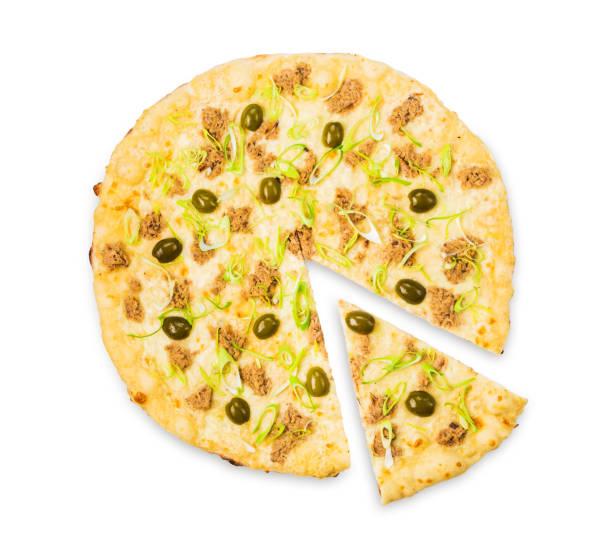 köstliche meeresfrüchte pizza mit thunfisch und oliven - low carb pizzateig stock-fotos und bilder