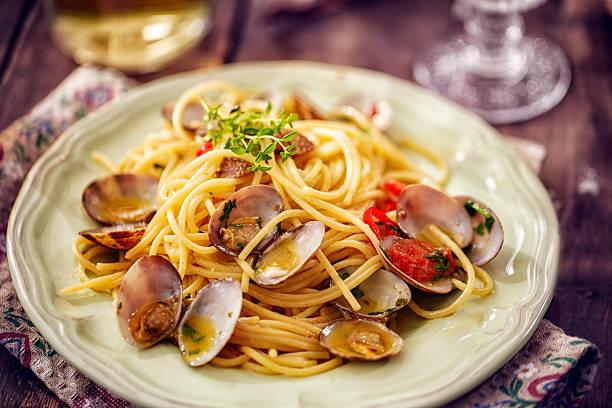 delicious spaghetti alla vongole - pasta vongole bildbanksfoton och bilder