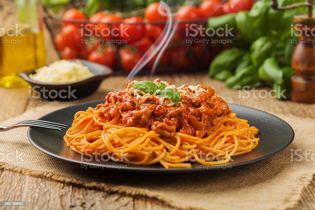 Delicious spaghetti served on a black plate - Foto stock royalty-free di Alimentazione sana