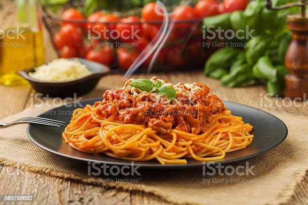 Delicious Spaghetti Served On A Black Plate - Fotografie stock e altre immagini di Alimentazione sana