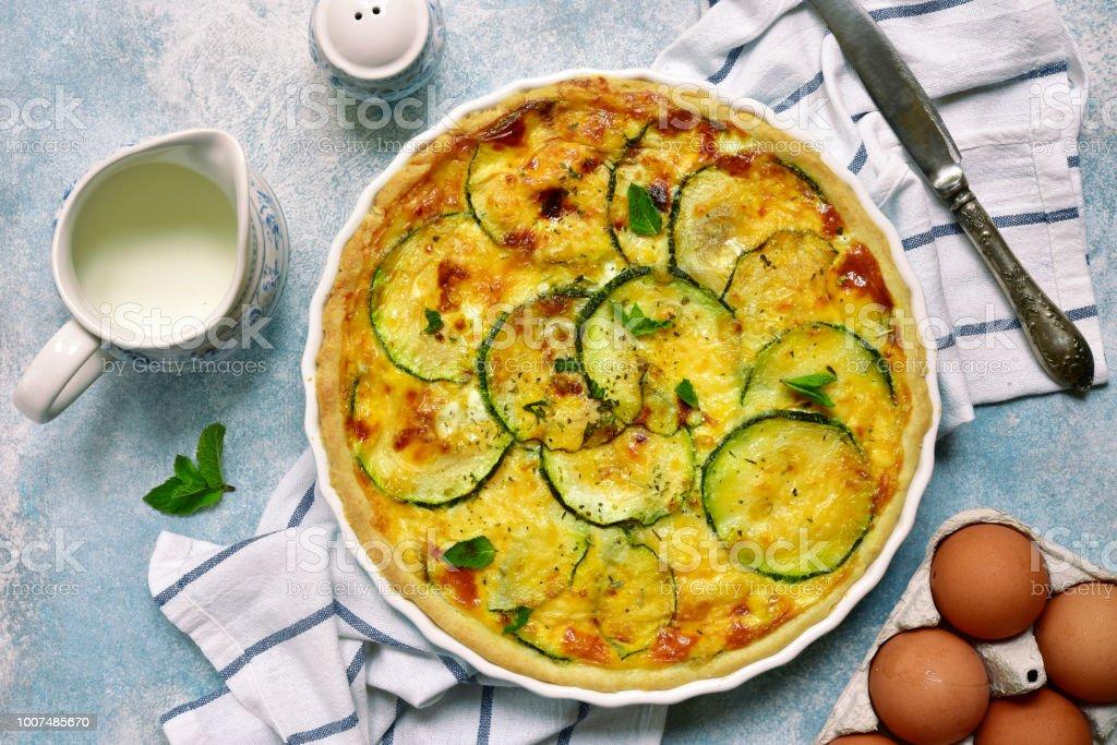 Deliziosa quiche estiva con zucchine - Foto stock royalty-free di Zucchino
