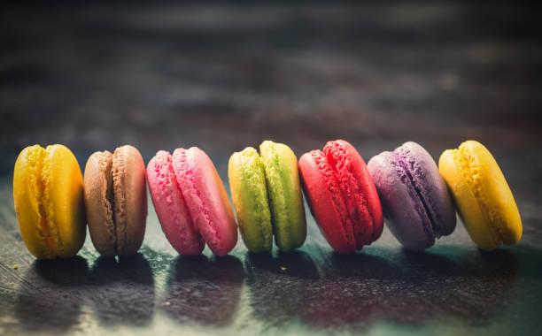 doces deliciosos macarons colorida - macaroon - fotografias e filmes do acervo