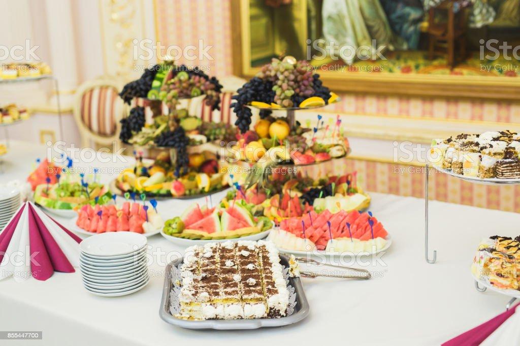 Fantastic Leckere Sussigkeiten Auf Hochzeit Candy Buffet Mit Dessert Muffins Stockfoto Und Mehr Bilder Von Backerei Home Interior And Landscaping Spoatsignezvosmurscom