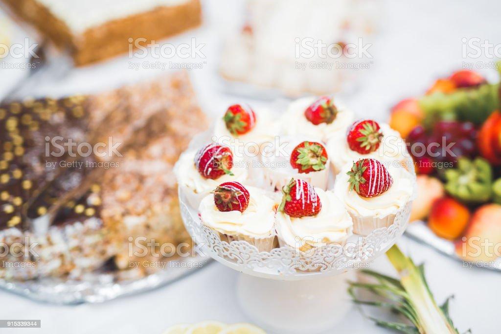 Marvelous Leckere Sussigkeiten Auf Hochzeit Candy Buffet Mit Dessert Muffins Stockfoto Und Mehr Bilder Von Bildhintergrund Home Interior And Landscaping Spoatsignezvosmurscom