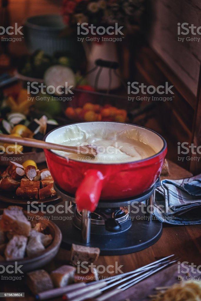 Köstliche Schweizer Käse-Fondue in einem Topf serviert mit Brot - Lizenzfrei Brotsorte Stock-Foto