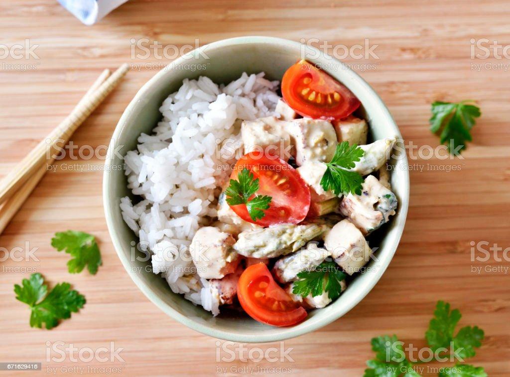 Prato de tofu delicioso com tomates frescos e espargos verdes - foto de acervo