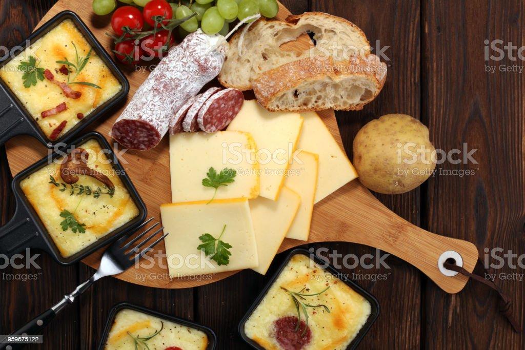 Köstliche traditionelle Schweizer geschmolzen Raclette-Käse auf gewürfelten gekochten oder gebackenen Kartoffeln. – Foto