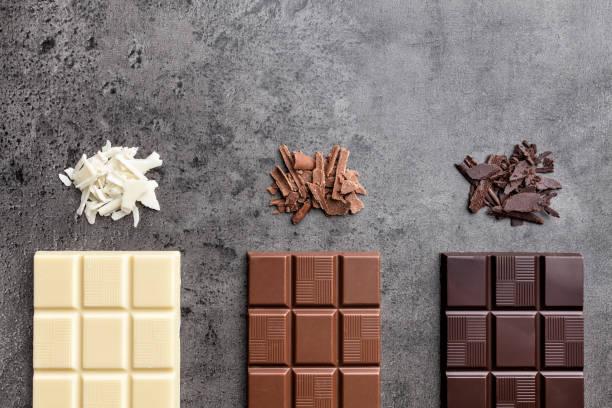 Köstliche Auswahl an Schokolade auf rustikalen Hintergrund – Foto