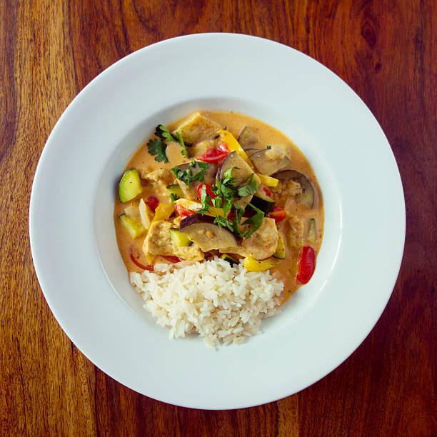 köstliche vegane thai-curry - curry reis stock-fotos und bilder