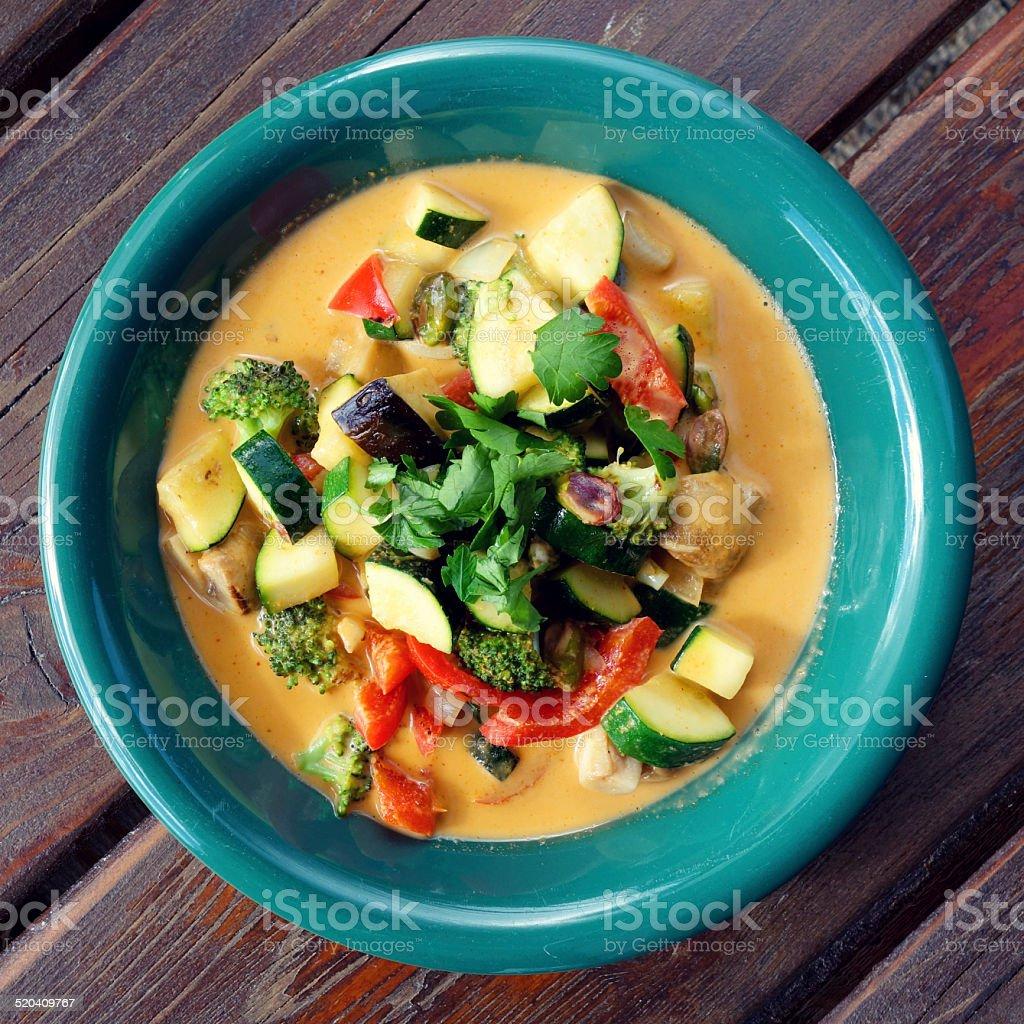 Los deliciosos platos vegetarianos curry tailandés - foto de stock