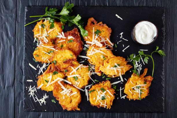 köstliche vegetarische krapfen mit parmesan-käse - schnelles weihnachtsessen stock-fotos und bilder