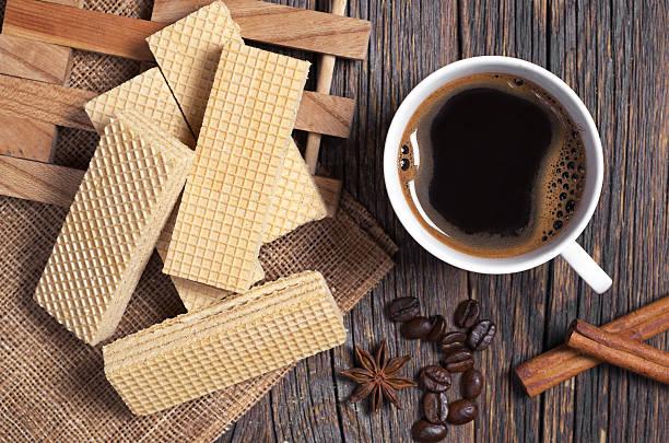 köstliche waffel und kaffee  - zimt waffeln stock-fotos und bilder