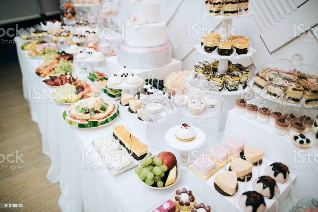 Leckere Weisse Hochzeit Empfang Candybardesserttisch Stock Fotografie