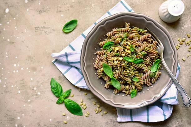 Leckere Vollkorn Nudeln Fusilli mit Basilikum-Pesto und Pinienkernen – Foto