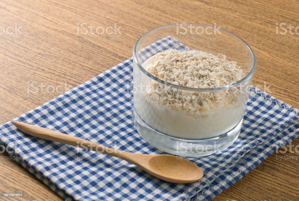 De délicieux yaourts et du Gruau avoine dans un bol - Photo
