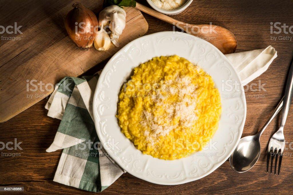 Delicius riz italien risotto au safran - Photo de Ail - Légume à bulbe libre de droits