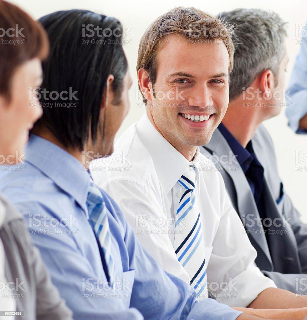 Prazer empresário, olhando para a câmera em uma reunião foto royalty-free