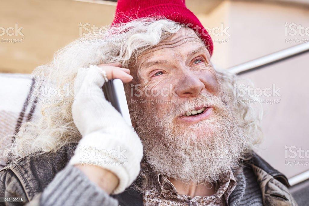 그의 대화를 즐기고 기 뻐 즐거운 남자 - 로열티 프리 공동체 스톡 사진