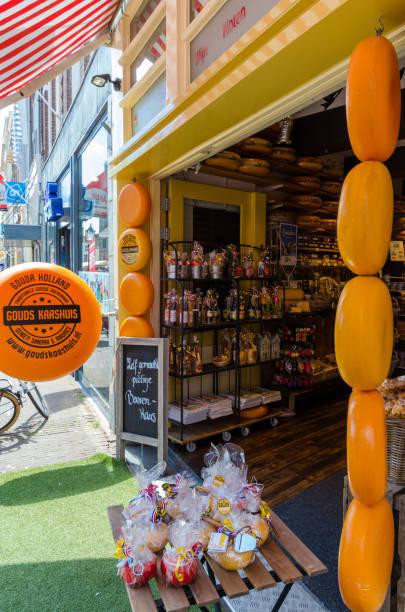 herrliche holländische käseladen in stadt zentrum von gouda.in im shop finden sie mehr als 50 arten von qualitativ hochwertigen, authentisches bauernhaus - günstig nach amsterdam stock-fotos und bilder