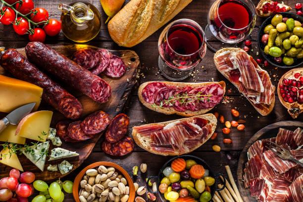 celebracion de aperitivo en mesa de madera rústica - españa fotografías e imágenes de stock