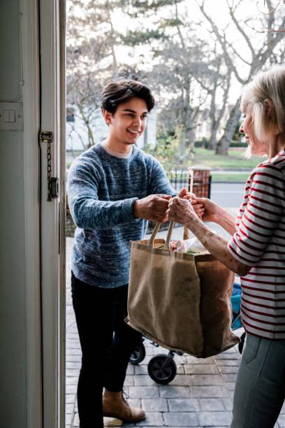 Bereitstellung von Lebensmittel für ältere Menschen – Foto
