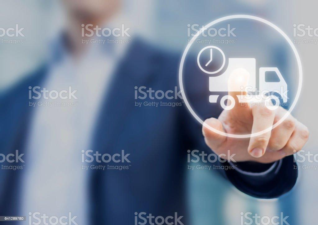 Levering concept met zakenman een vrachtwagen-pictogram op het scherm aan te raken foto
