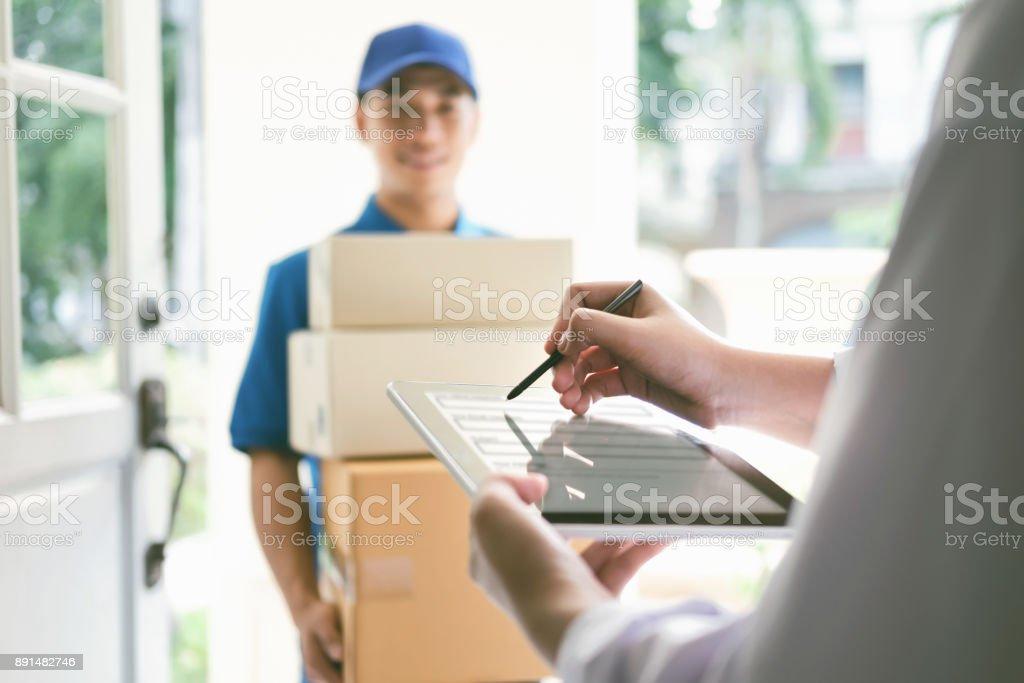 Lieferung, Mail, Menschen und Versand-Konzept. Lizenzfreies stock-foto