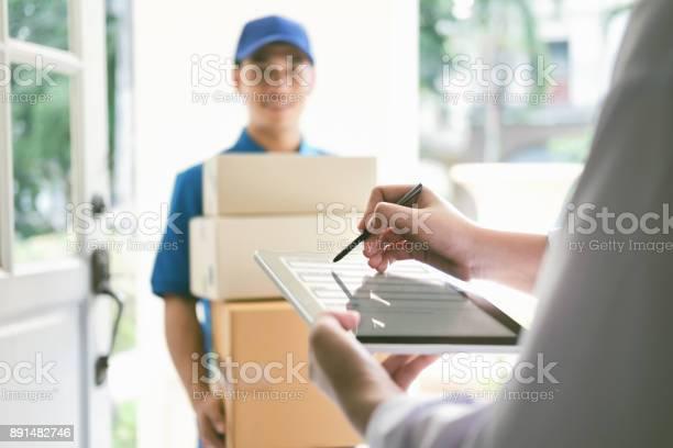 Lieferung Mail Menschen Und Versandkonzept Stockfoto und mehr Bilder von Ankunft