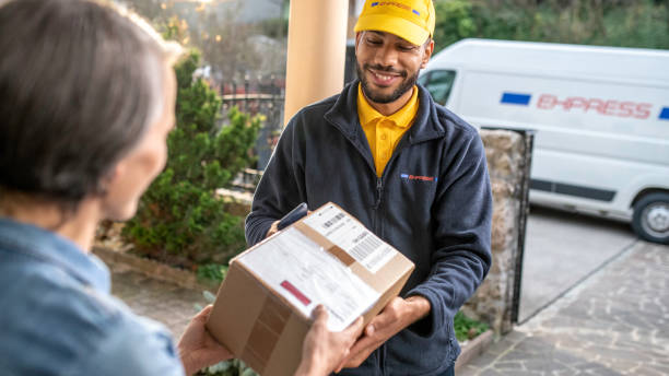 Zusteller liefert Paket an Heimkunden – Foto