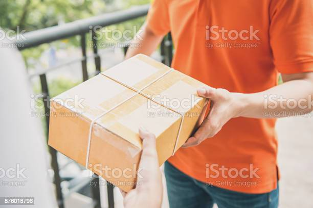 Delivery man giving a parcel box to a customer picture id876018796?b=1&k=6&m=876018796&s=612x612&h=nm0mqnvt 2cny j9z09eruxexzdnneolutwbjrnzh24=