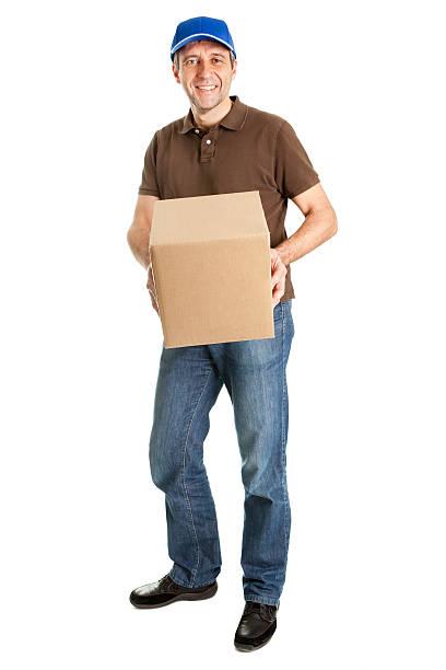 lieferung mann hält package box - versandrolle stock-fotos und bilder