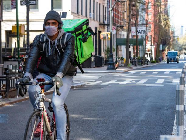 コロナウイルス中のニューヨーク市のウエストビレッジのマスクの配達員 - corona newyork ストックフォトと画像