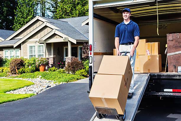 lieferung mann entladen truck - umzug transport stock-fotos und bilder