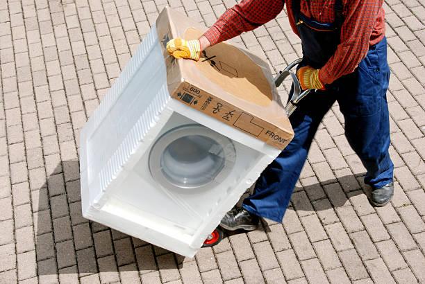 lieferung neuen waschmaschine - umzug transport stock-fotos und bilder